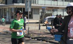 De laatste kilometers van Kelly de Ridder, laatste loopster Marathon Rotterdam (Video)