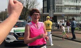 De laatste kilometers van Marian de Jong, laatste loopster Marathon Rotterdam (Video)