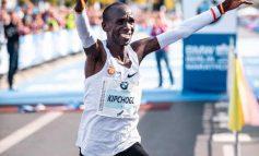 Eliud Kipchoge wint Berlijn Marathon in nieuw wereldrecord