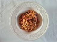 Pasta met tomatensaus en kappertjes dressing