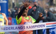 Abdi Nageeye en Michel Butter aan de start van de Amsterdam Marathon