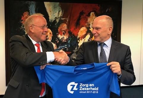 Willem van der Krogt en Ton van Houten schudden elkaar de hand na het tekenen van de sponsorovereenkomst.