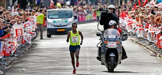 Abera Kuma tijdens de Marathon Rotterdam