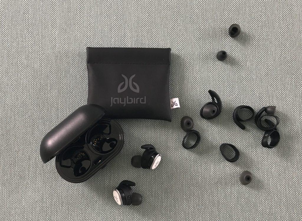Jaybird RUN True Wireless Sport Headphones Oplaadcase Ronde siliconen oorkussentjes S/M Ovalen siliconen oorkussentjes S/M Oorvleugels met stevige pasvorm 1/2/3/4 USB 2.0-oplaadkabel Opbergdoosje