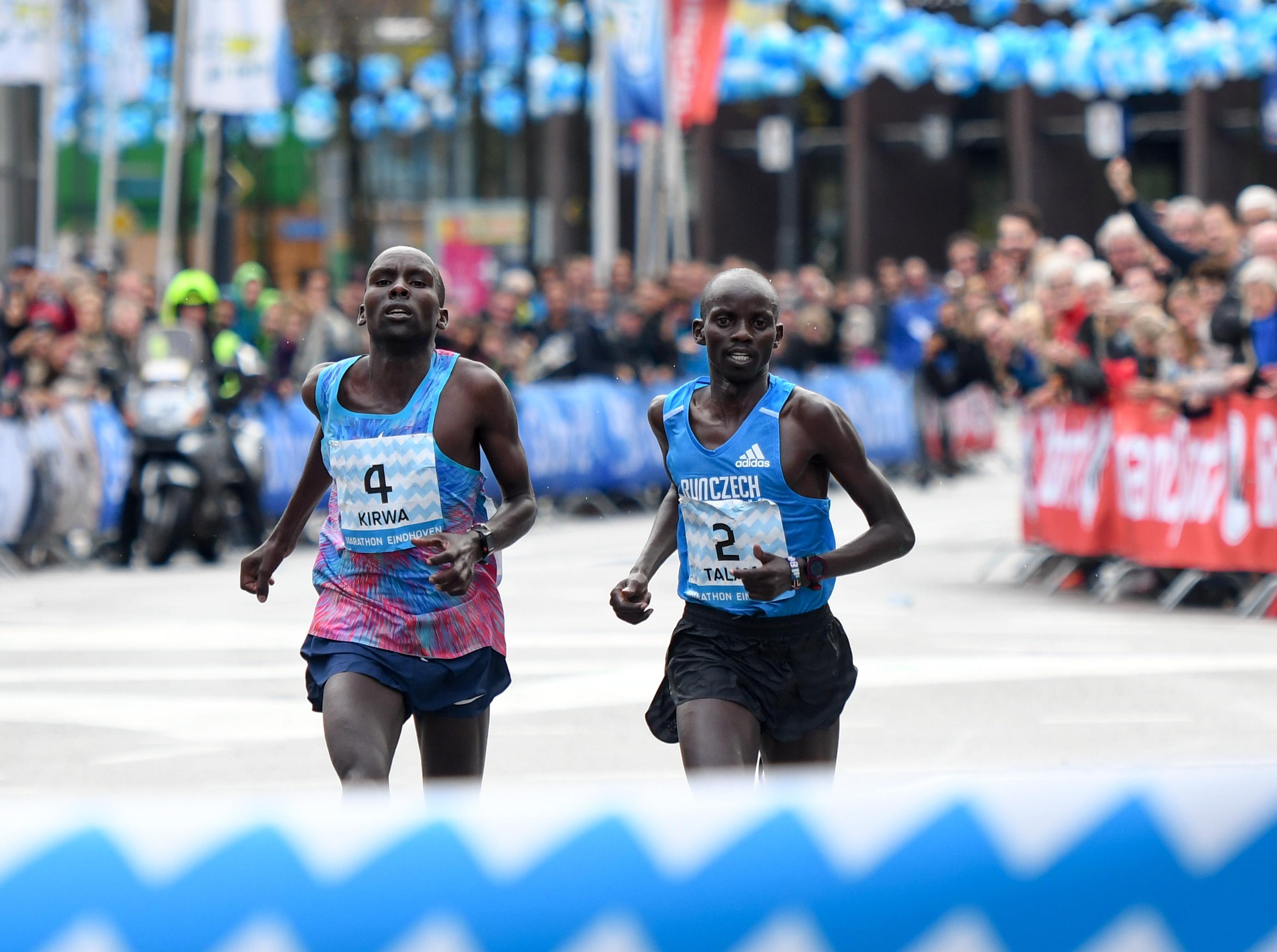 Keniaan Kirwa samen met-Ethiopiers Assefa en Robi_favoriet Marathon Eindhoven