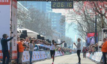 Abdi Nageeye verpulvert Nederlands marathon record, parcoursrecord voor Marius Kipserem