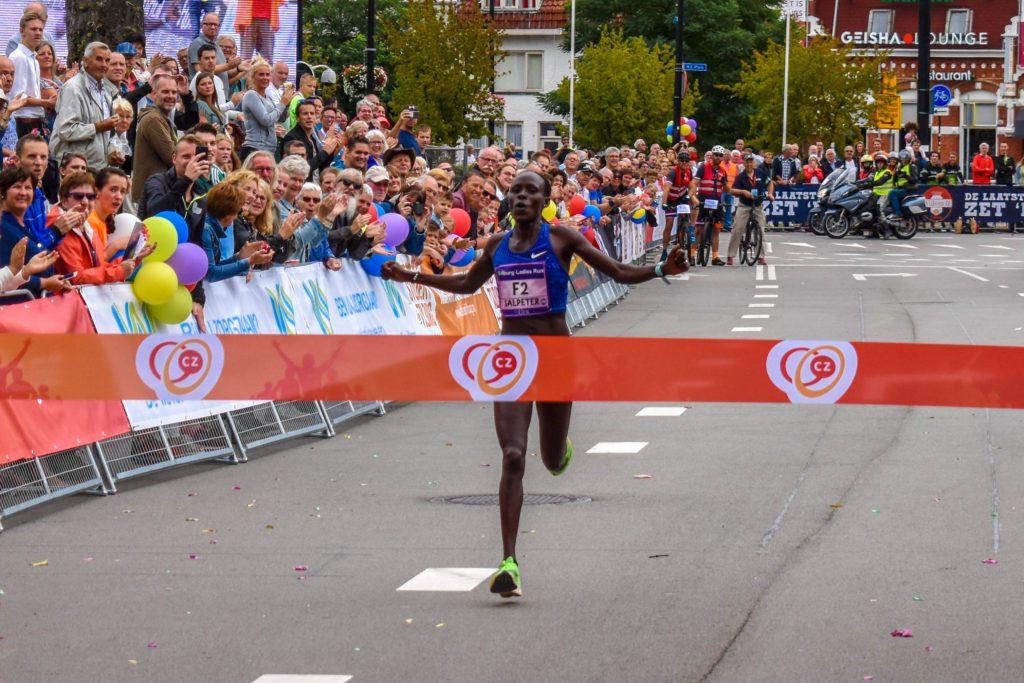 Lonah Chemtai Salpeter heeft in een parcoursrecord de Tilburg Ladiesrun 10 km