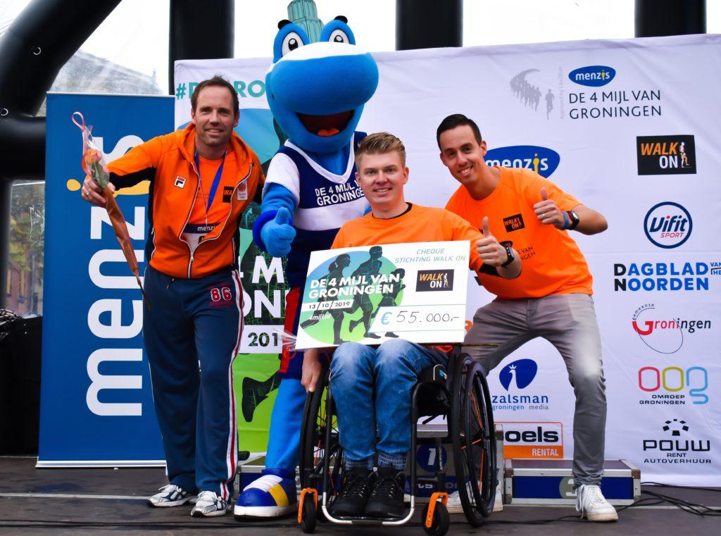 Ambassadeur Dennie Jager kreeg een cheque ter waarde van €55.000,- overhandigd uit handen van race director Elske Dijkstra