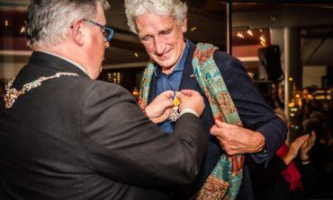 Lintje voor voorzitter Stichting Zevenheuvelenloop Ton van Lieshout