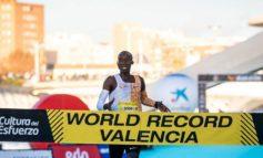 Joshua Cheptegei loopt nieuw wereldrecord op de 10 km in Valencia