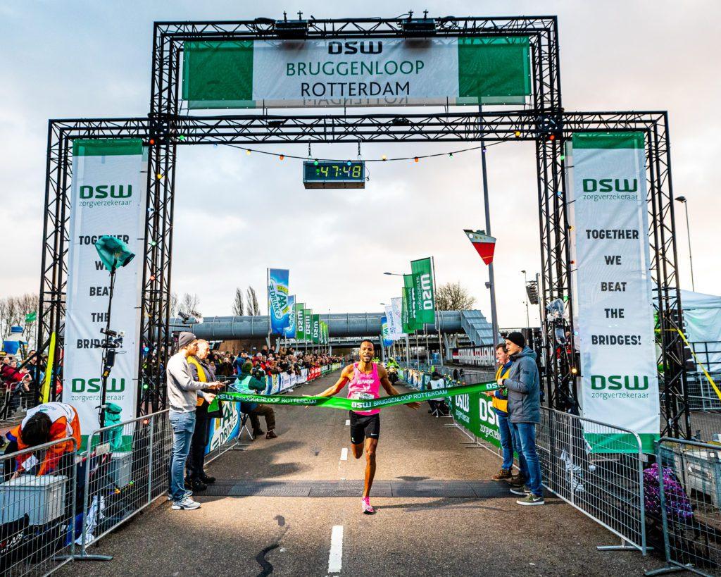 Nixon Fernandes wint Bruggenloop Rotterdam, finish foto