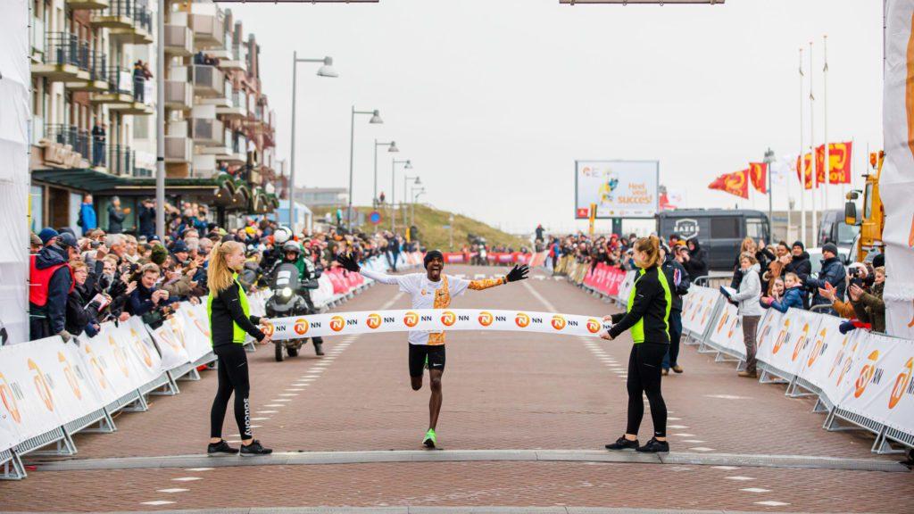 Bashir Abdi wint Egmond Halve Marathon 2020
