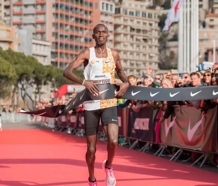 Joshua Cheptegei nieuw wereldrecord 5 km in Monaco