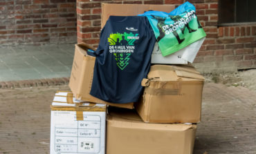 Organisatie 4 Mijl doneert hardloopshirts aan het UMCG