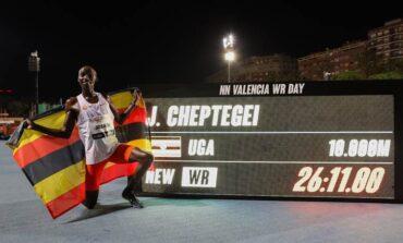 Joshua Cheptegei vernietigt het wereldrecord op de 10.000 meter