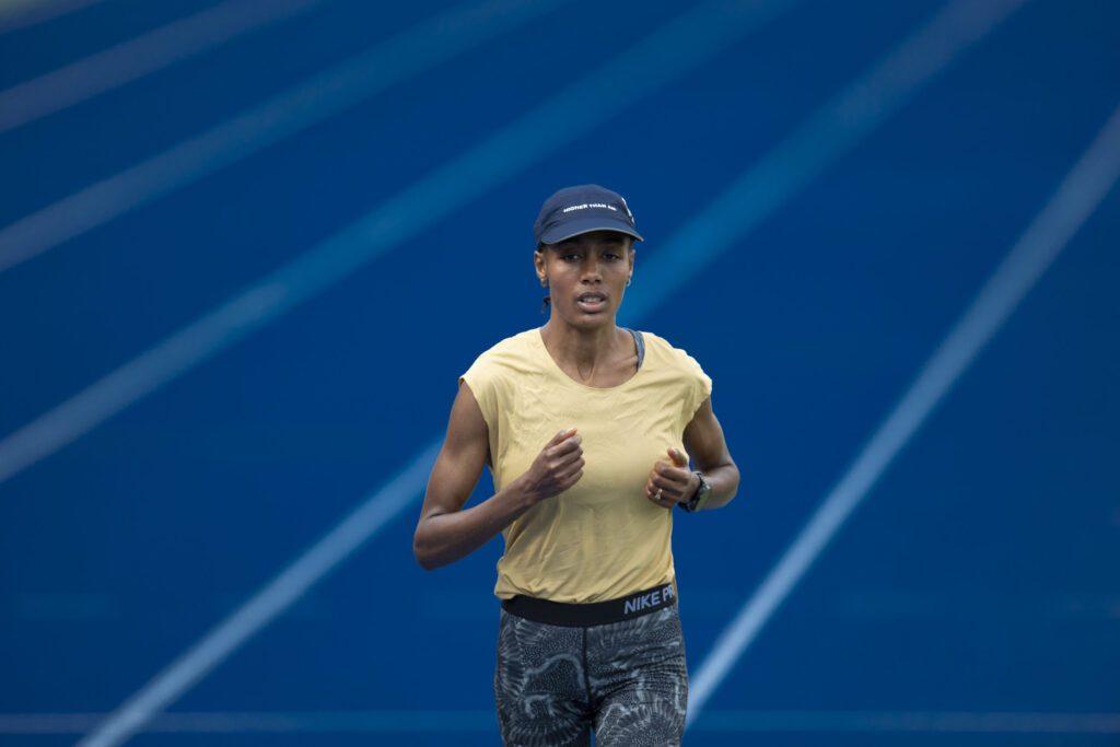 Sifan Hassan op de atletiekbaan