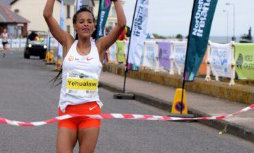 Yalemzerf Yehualaw loopt nieuw wereldrecord op de halve Marathon