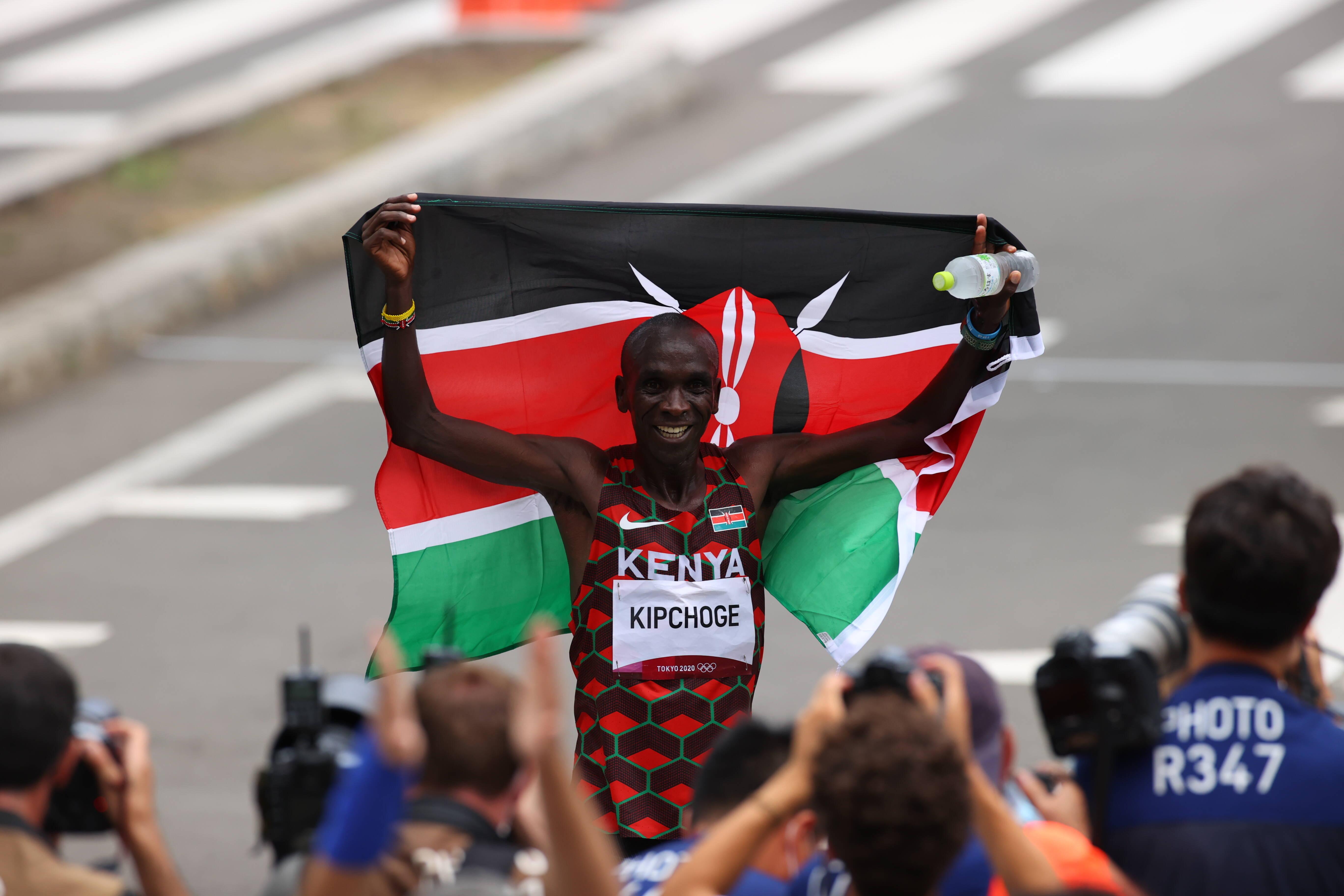Eliud Kipchoge verdedigt met succes zijn marathontitel, Abdi Nageeye pakt zilver
