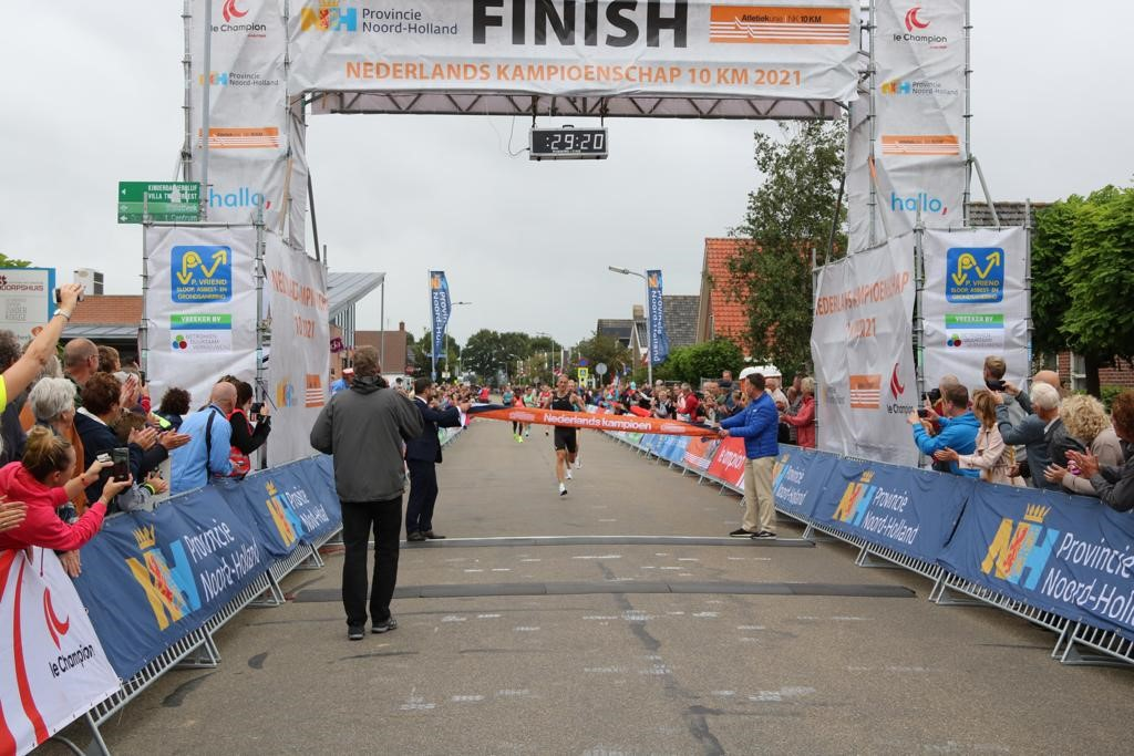 Richard Douma en Jasmijn Lau winnen NK 10 kilometer op de weg