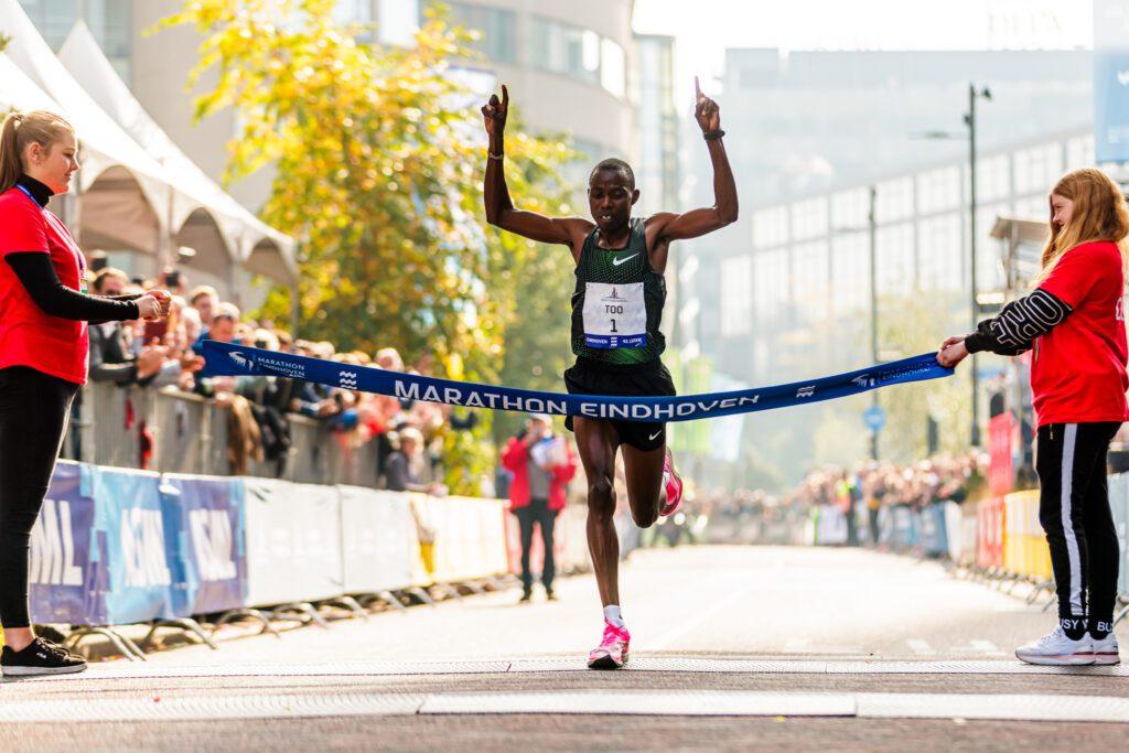 Silas Too wint Marathon Eindhoven