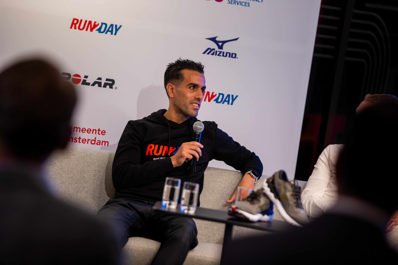 Khalid Choukoud tijdens persconferentie Amsterdam Marathon